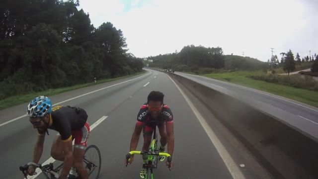 2 Cyclists Riding Up to 124km/h on a Brazilian Highway