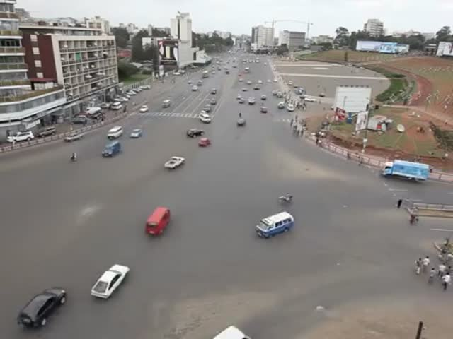 How Ethiopians Negotiate a Crazy Intersection  (VIDEO)