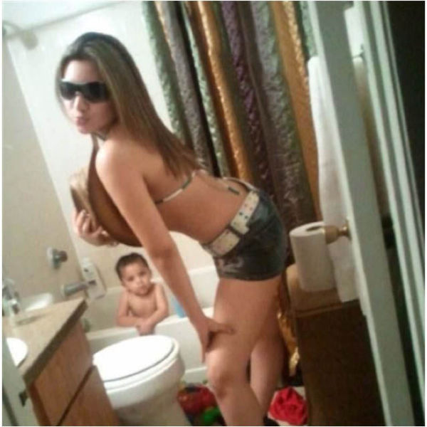 Mom selfies from some of the worst moms ever 34 pics for Hot bathroom