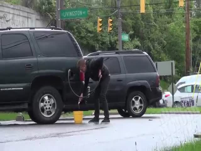 Stealing People's Gas in the Hood Prank  (VIDEO)