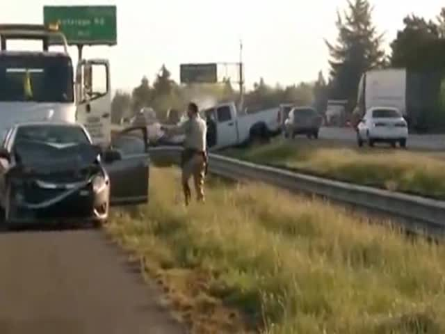 Rubberneckers Make Accident Go from Bad to Worse  (VIDEO)