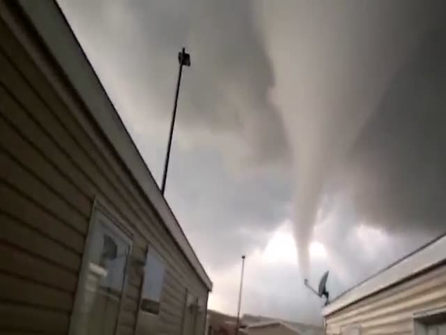 Tornado Approaches Dangerously Oil Workers in North Dakota