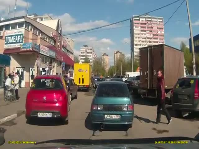 Russian Road Rage with Unexpected Turn of Events  (VIDEO)