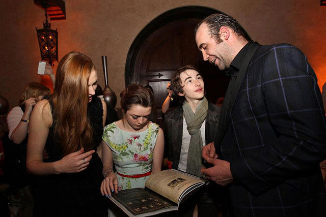 "The ""Game of Thrones"" Cast Hanging Out in Social Settings"