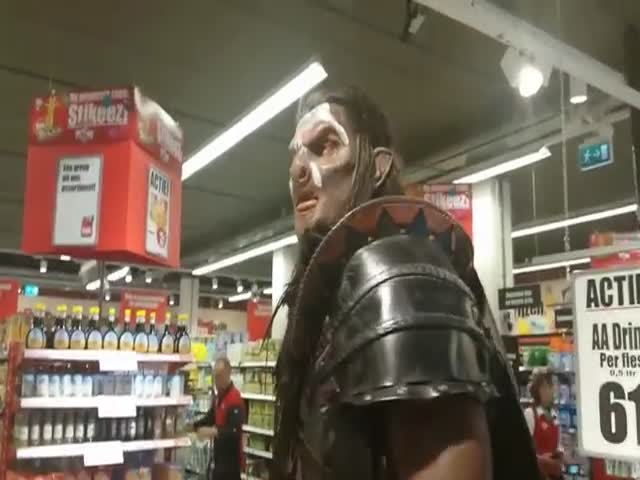 7.2 ft Tall Man Goes Grocery Shopping in an Uruk-Hai Costume  (VIDEO)