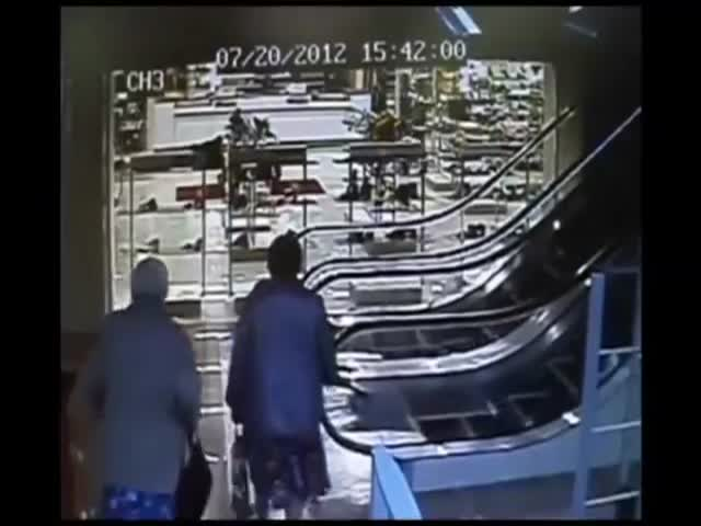 Granny Doesn't Understand How Escalators Work  (VIDEO)