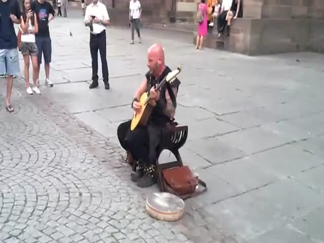 This French Street Performer Has an Incredible Voice