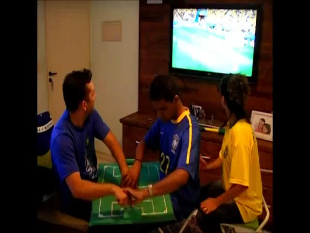 Deaf-Blind Brazilian Guy Follows the World Cup with the Help of His Friends