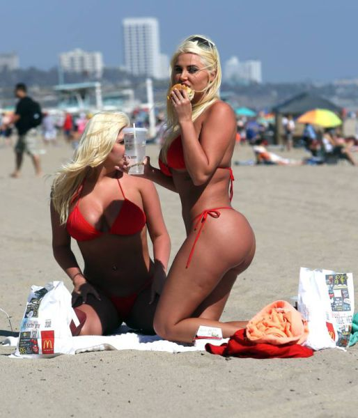 Hugh Hefner's Ex-Girlfriends Look Hot Eating Fast Food on the Beach