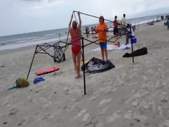 Women Caught Stealing a Beach Canopy Fight Back!