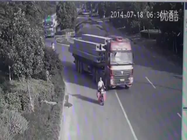 Chinese Truck Driver Survives Final Destination-like Situation  (VIDEO)