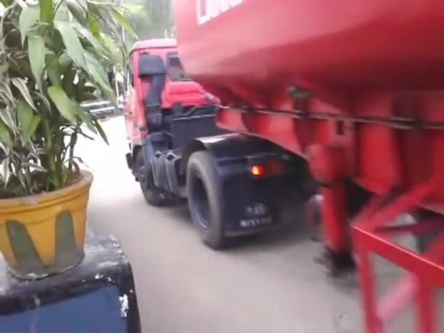 Fuel Truck Driver in Sri Lanka Makes a Crazy Sharp U-Turn  (VIDEO)