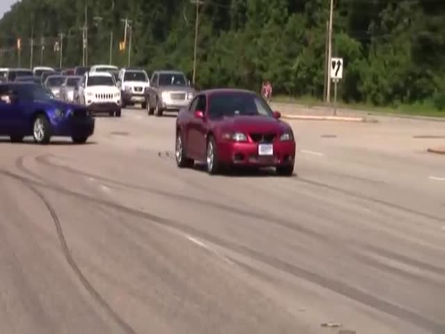 Drivers with No Skills Try to Show Off at a Ford Mustang Meeting  (VIDEO)