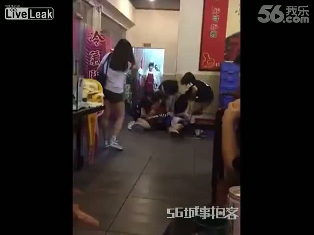 Guy Intervenes to Put an End to a Fight in Which 5 Girls Take on 1