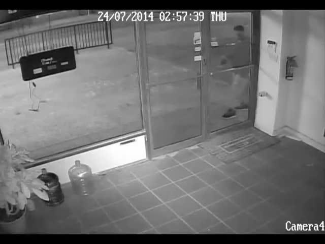 Stupid Thief Can't Even Remember What Door He Broke...  (VIDEO)