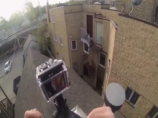 Crazy Guy's Death-Defying Stunt on a Roof  (VIDEO)