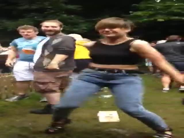 Girl's Funny Dance to 'Pump Up The Jam' at a Festival  (VIDEO)