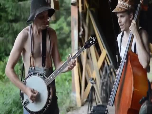 AC/DC's Thunderstruck by Steve'n'Seagulls  (VIDEO)