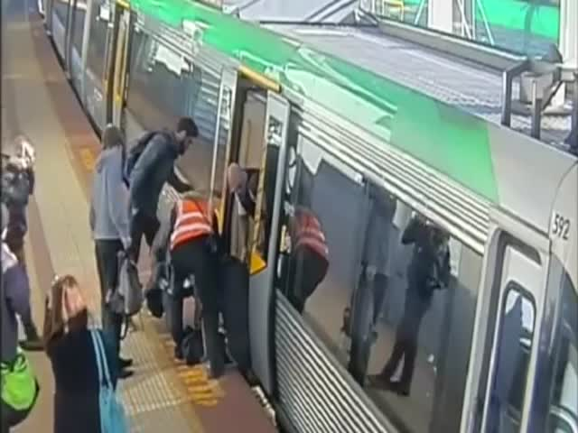 A Beautiful Example of Solidarity in Australia  (VIDEO)