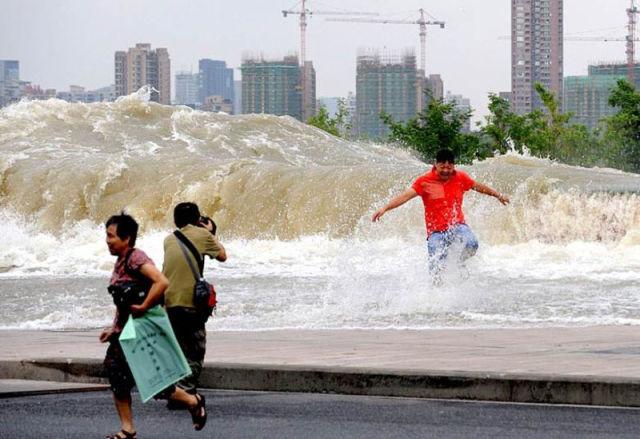 Massive Tidal Wave in China Stuns Spectators
