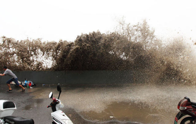 Massive Tidal Wave in China Stuns Spectators