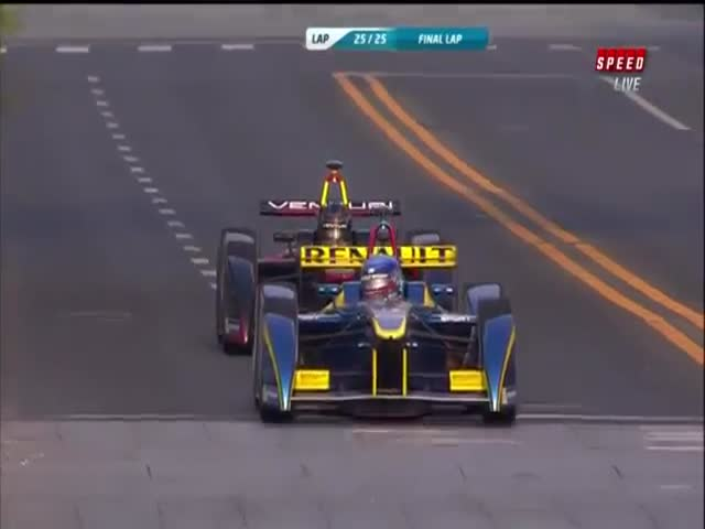 Spectacular Formula E Crash at the Last Corner of the Last Lap  (VIDEO)