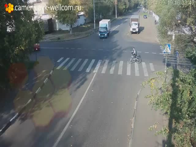 Lucky Cyclist Nearly Gets Killed Twice When Crossing the Road  (VIDEO)