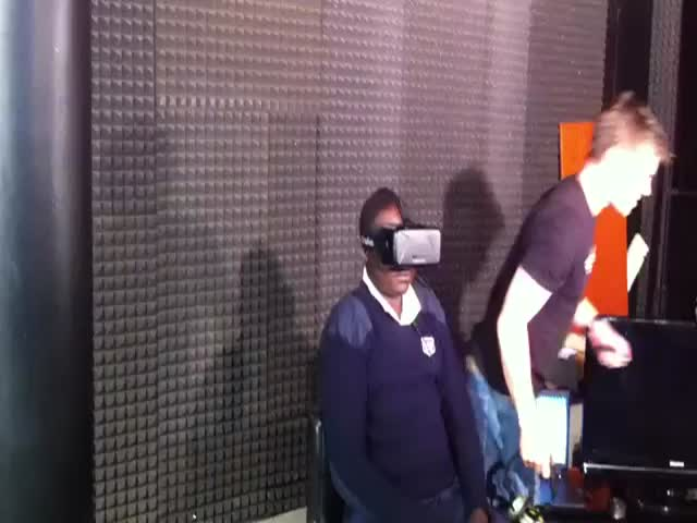 Ugandan Security Guard's Funny Reaction While Testing the Oculus Rift