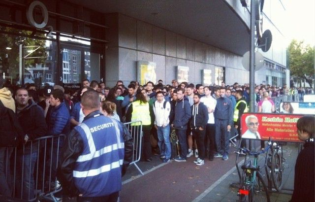 The Crazy Queues for the iPhone 6 Worldwide