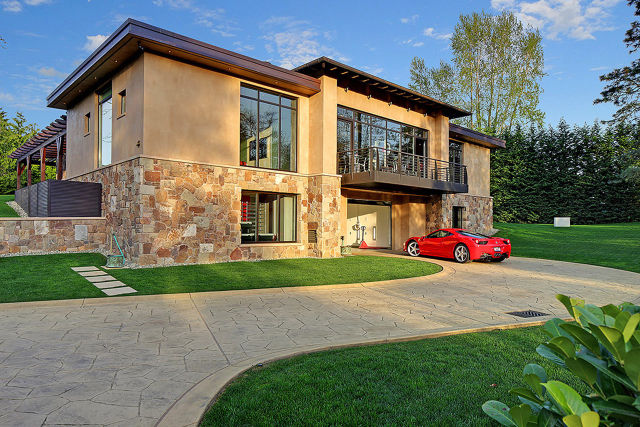 A Car Lover's Dream House! (20 pics)