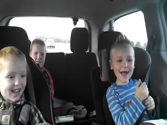 Kids' Reaction to Parents Announcing They'll Have Twins  (VIDEO)