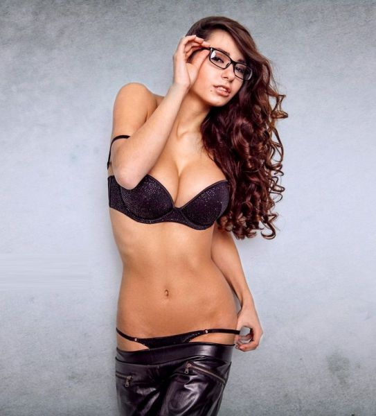 Hot Girls Who Look Cuter in Glasses