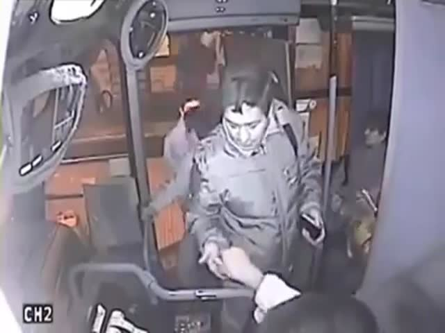 Bag Thief Receives Instant Justice by Bus Driver  (VIDEO)