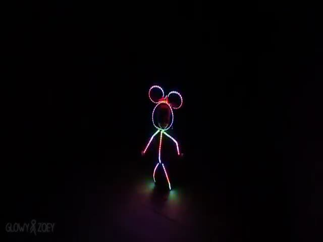 Father Builds Awesome LED Minnie Mouse Costume for His Little Girl  (VIDEO)