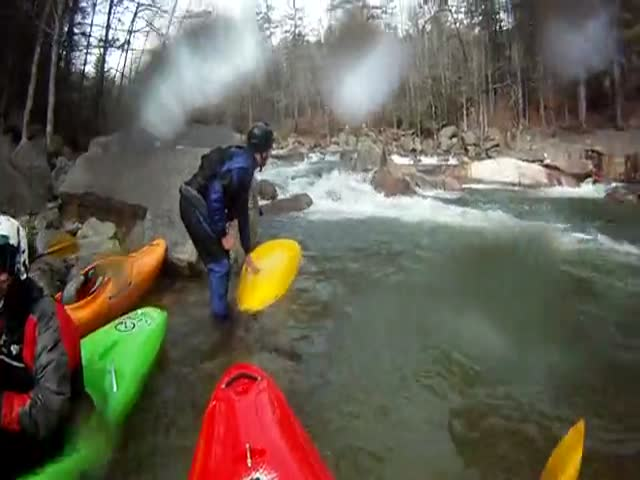 Quick-Thinking Kayakers Save Another Kayaker from Drowning  (VIDEO)