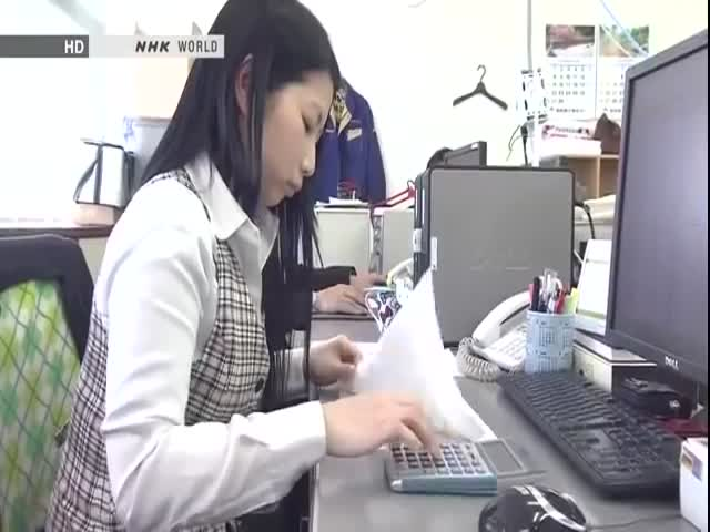Japanese Girl Uses a Calculator Faster Than Anybody Else  (VIDEO)
