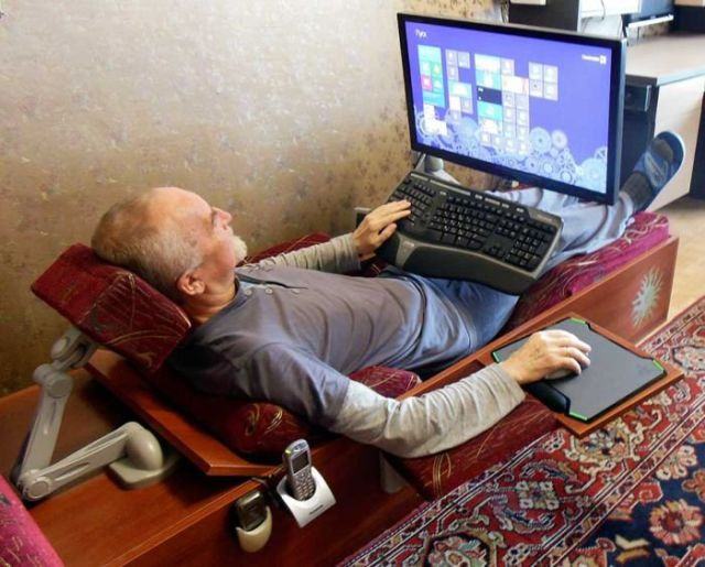 A Lounger Design That Lets You Use Your Computer in Comfort