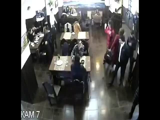 35 Armed and Masked Men Enter a Restaurant, Guy Couldn't Care Less!  (VIDEO)