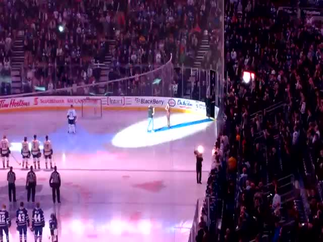 Canadians Finish Singing US National Anthem After Mic Cut Out  (VIDEO)