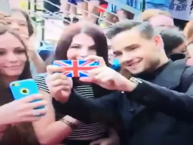 Look at How 'One Direction' Star Liam Peyne Takes Selfies with Fans  (VIDEO)