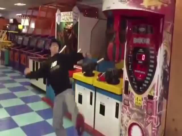 Korean Guy Spin Kicks the Crap Out of an Arcade Punching Machine  (VIDEO)