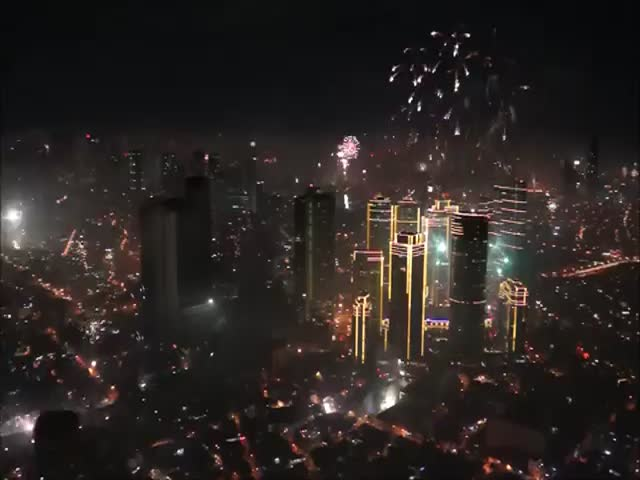 An Insane Sight of People Shooting Off Fireworks All Over Manila during New Year's Eve  (VIDEO)
