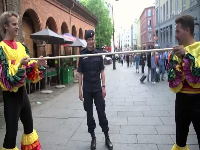 Funny Limbo Prank  (VIDEO)