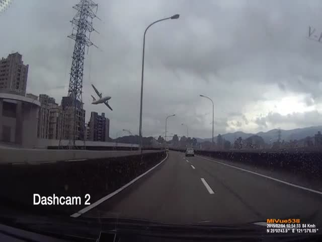 Spectacular Dashcam Footage of a Plane Crash in Taiwan  (2 pics + 1 video)