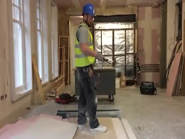 Builders Performing Impressive Hammer Tricks  (VIDEO)