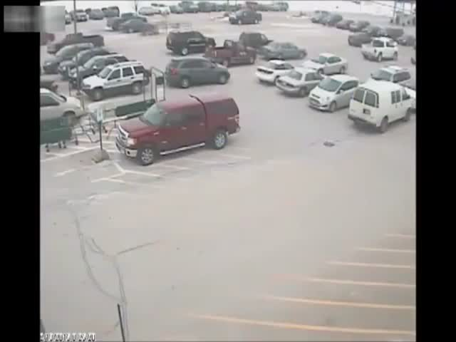 92-Year-Old Man Crashes into 10 Cars While Trying to Exit a Parking Lot  (VIDEO)