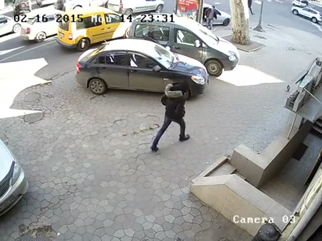 How Thieves Steal from Unsuspicious Car Drivers by Distracting Them  (VIDEO)