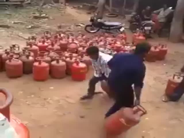 An Interesting Way of Loading Gas Bottles  (VIDEO)