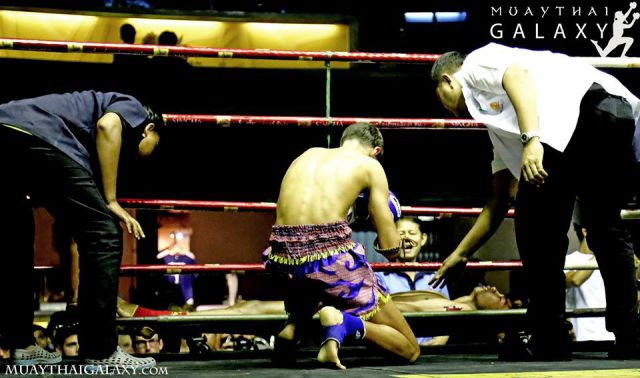 Terrible front kick sends muay thai fighter to Hell !