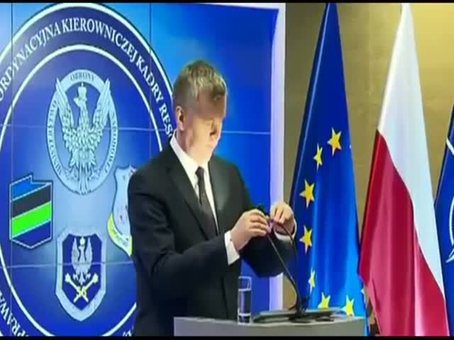 Polish Defense Minister Can't Differentiate a Mic from a Lamp  (VIDEO)